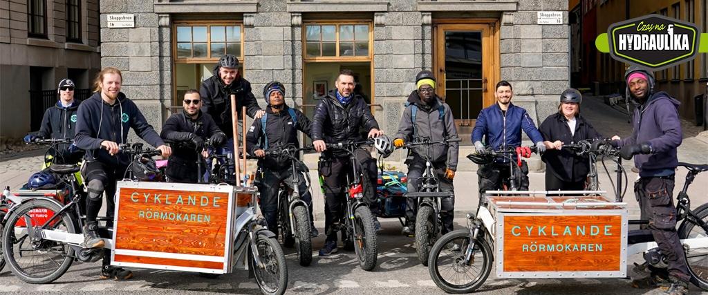 Szwecja, hydraulicy z firmowymi rowerami stojący przed budynkiem