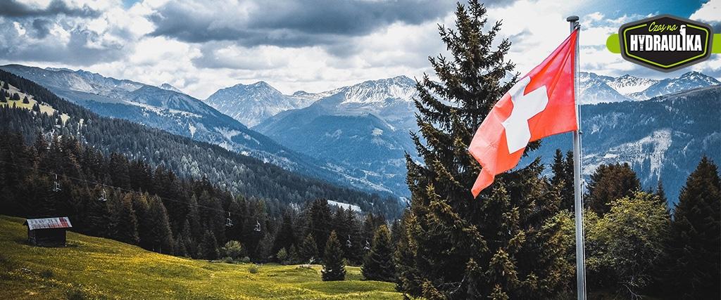 flaga Szwajcaria na tle górskiego krajobrazu