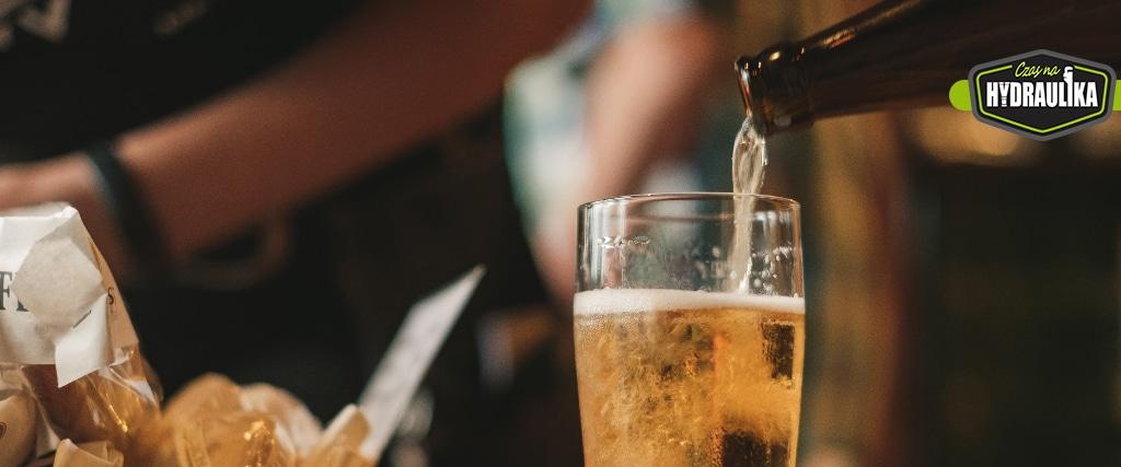 Piwo przelewane z butelki do kufla