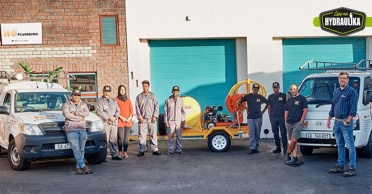 pracownicy firmy instalacyjnej z RPA, na tle swojego budynku i samochodów