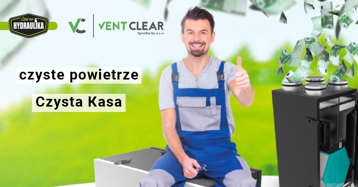 """plakat promocyjny """"Czysta Kasa"""", uśmiechnięty człowiek siedzący na rekuperatorze na łonie natury"""